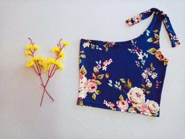 Top Asimétrico Lazo Modelo Flores